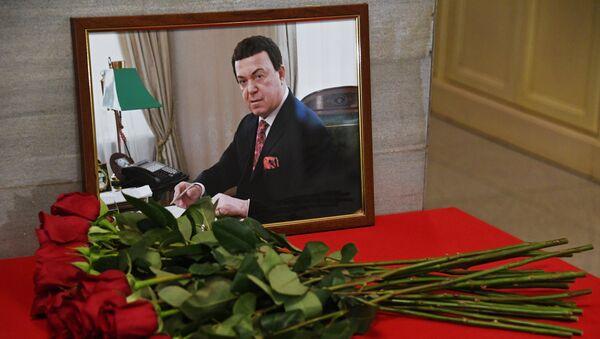 Цветы в память об Иосифе Кобзоне в здании Государственной Думы РФ в Москве