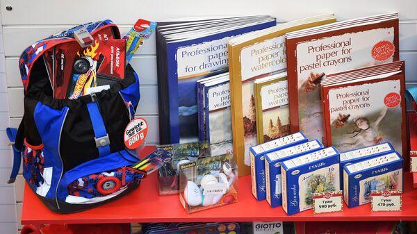 Ассортимент школьных принадлежностей на школьной ярмарке в ГУМе