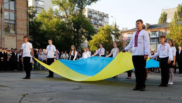 Ученики на торжественной линейке, посвященной Дню знаний, в Киеве