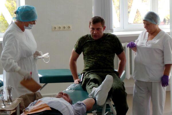 Премьер-министр Донецкой народной республики Александр Захарченко сдает кровь для раненых ополченцев и мирных жителей на станции переливания крови в Донецке