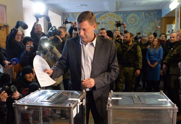 Премьер-министр Донецкой Народной Республики Александр Захарченко голосует на выборах главы ДНР и депутатов Народного Совета республики на избирательном участке № 125