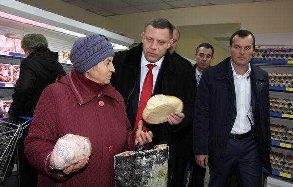 Глава Донецкой народной республики Александр Захарченко (в центре) на торжественной церемонии открытия первого в Дебальцево республиканского супермаркета