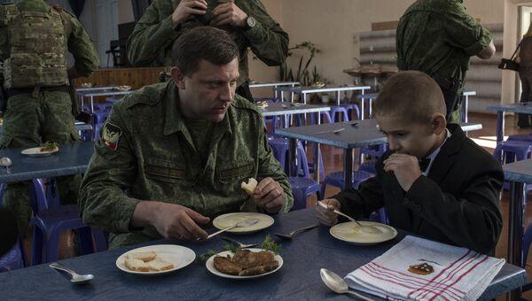 Глава Донецкой народной республики (ДНР) Александр Захарченко (слева на первом плане) во время посещения лицея № 14 в Горловке. Лицей сильно пострадал во время обстрелов и был открыт после ремонта