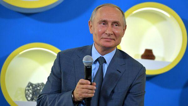 Президент РФ Владимир Путин во время встречи с победителями международных олимпиад 2017–2018 учебного года, преподавателями и тренерами образовательного центра Сириус. 1 сентября 2018