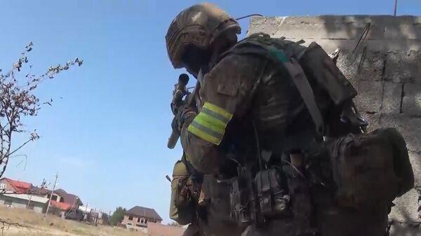 Сотрудник правоохранительных органов во время контртеррористической спецоперации