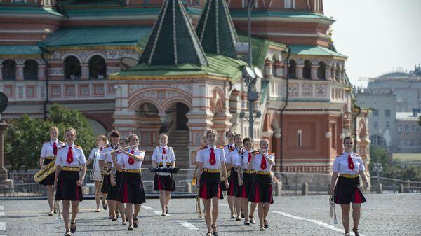 Старший оркестр девочек Московского кадетского музыкального корпуса на военно-музыкальном фестивале Спасская башня