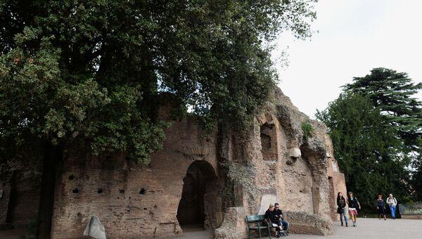 Туристы гуляют на территории Римского форума. Архивное фото
