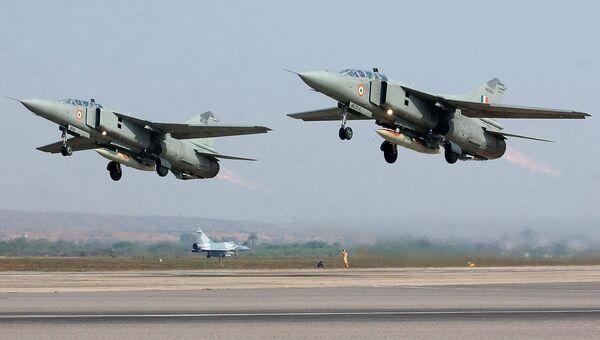 Пара истребителей-бомбардировщиков МиГ-27 ВВС Индии. Архивное фото