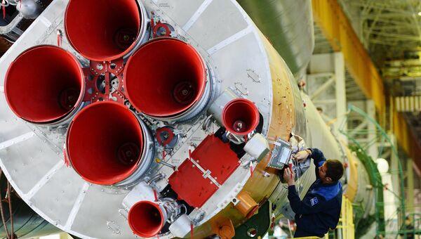Подготовка к вывозу на старт ракеты Союз-ФГ с космическим кораблем Союз-ТМА 19М. Архивное фото