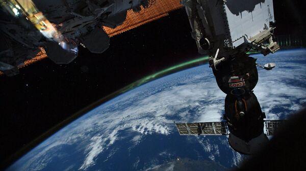 Российский космический корабль Союз на фоне нашей планеты. Архивное фото.