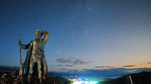 Памятник бродяге на одной из смотровых точек озера Байкал по дороге на остров Ольхон