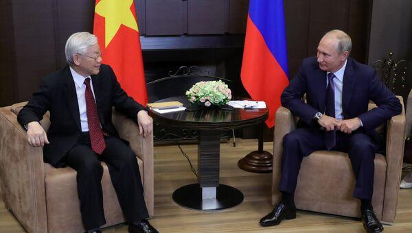 Владимир Путин и генеральный секретарь Центрального комитета коммунистической партии Социалистической Республики Вьетнам Нгуен Фу Чонг во время встречи. 6 сентября 2018