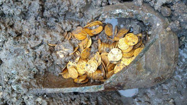 Амфора с кладом в несколько сотен золотых монет