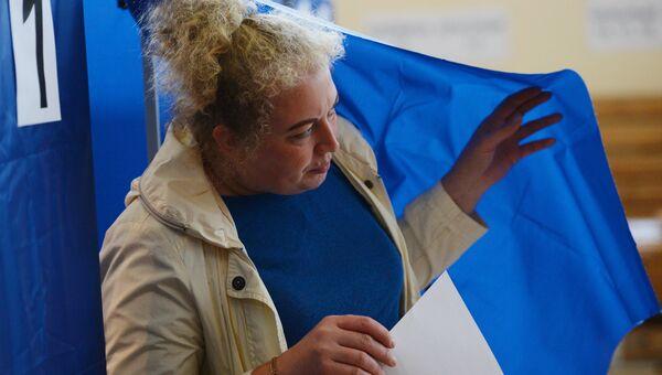 Избирательница в единый день голосования на избирательном участке в Екатеринбурге