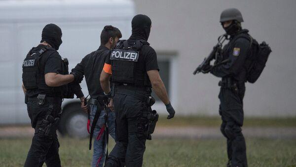 Полиция во время сопровеждения магранта, убившего 14-ти летнюю девочку в Висбадене