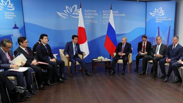 Владимир Путин и премьер-министр Японии Синдзо Абэ во время встречи в рамках IV Восточного экономического форума на территории ДВФУ на острове Русский. 10 сентября 2018