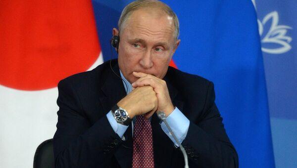 Владимир Путин на пресс-конференции по итогам переговоров с премьер-министром Японии Синдзо Абэ в рамках IV Восточного экономического форума на территории ДВФУ на острове Русский. 10 сентября 2018