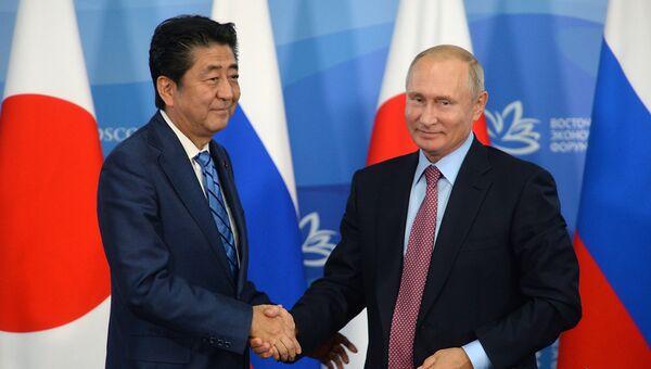 Владимир Путин и премьер-министр Японии Синдзо Абэ на пресс-конференции по итогам переговоров. Архивное фото