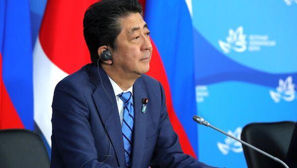 Премьер-министр Японии Синдзо Абэ на пресс-конференции по итогам переговоров с президентом РФ Владимиром Путиным в рамках IV Восточного экономического форума на территории ДВФУ на острове Русский. 10 сентября 2018