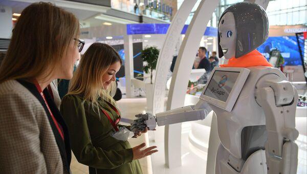 Посетители осматривают робота-помощника на стенде ПАО «Русгидро» на площадке IV Восточного экономического форума во Владивостоке