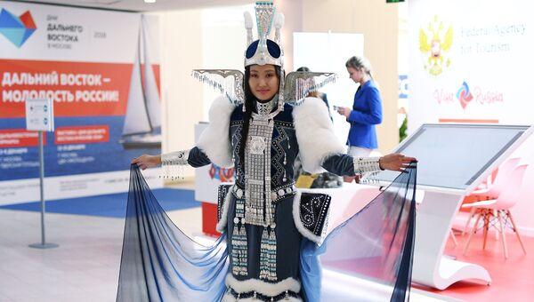 Девушка в национальной одежде на площадке проведения IV Восточного экономического форума во Владивостоке