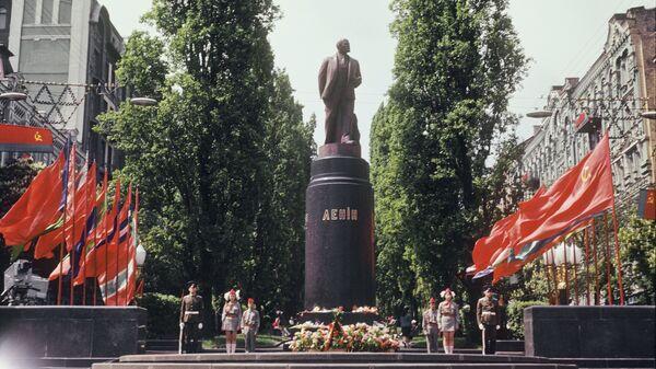 Памятник Владимиру Ленину на бульваре Тараса Шевченко в Киеве. 1 мая 1975