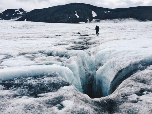 Талая вода прокладывает себе пусть в виде колодцев. Еще в середине лета они представляют опасность - незаметно прикрыты снегом