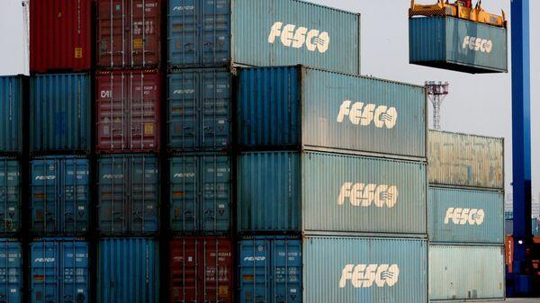 Разгрузочно-погрузочные работы во Владивостокском морском торговом порту. Архивное фото