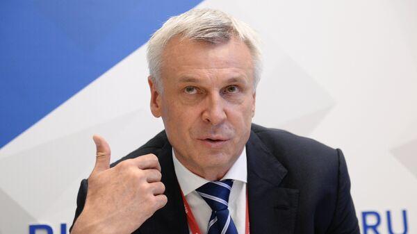 Губернатор Магаданской области Сергей Носов во время интервью на стенде Международного информационного агентства Россия сегодня на IV Восточном экономическом форуме