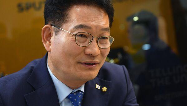 Председатель комитета по северному экономическому сотрудничеству при президенте Республики Корея Сон Ён Гиль в радиорубке Sputnik на площадке IV Восточного экономического форума во Владивостоке