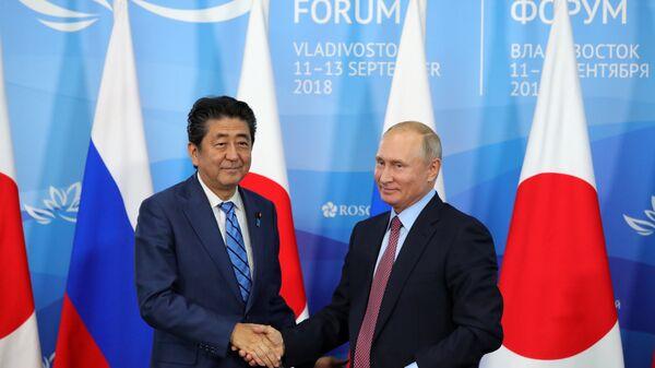 Президент РФ Владимир Путин и премьер-министр Японии Синдзо Абэ на пресс-конференции по итогам переговоров в рамках IV Восточного экономического форума