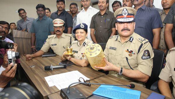 Индийские полицейские с экспонатами, похищенными из музея Низама в городе Хайдерабад