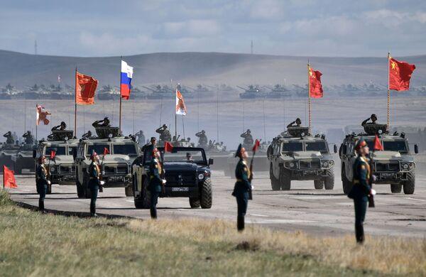 Парад участников военных маневров Восток-2018 на забайкальском полигоне Цугол