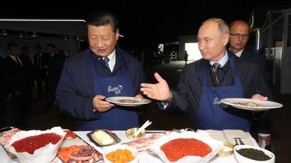 Президент РФ Владимир Путин и председатель КНР Си Цзиньпин во время посещения выставки в рамках ВЭФ Улица Дальнего Востока на набережной Дальневосточного федерального университета на острове Русский