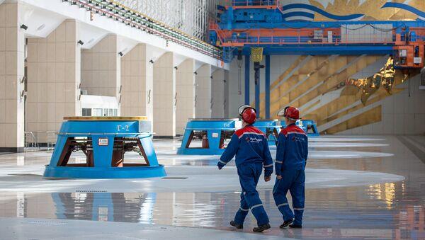 Сотрудники в машинном зале Бурейской ГЭС в Бурейском районе Амурской области. Архивное фото