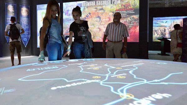 Посетители знакомятся с экспозицией на открытии регионального мультимедийного исторического парка Россия – моя история в Ставрополе. Архивное фото