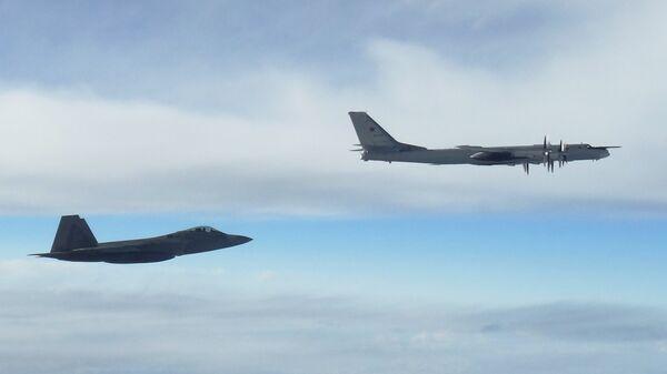Истребитель F-22 Rapter ВВС США сопровождает российский бомбардировщик Ту-95. 11 сентября 2018