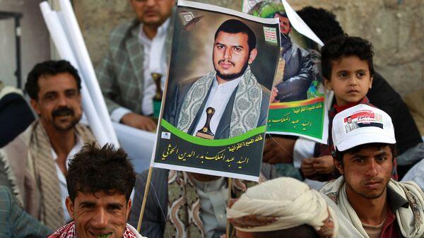 Йеменские cторонники  движения шиитов-хуситов с портретом лидера группировки Ансар Алла Абдул-Малика ибн Бадр ад-Дин аль-Хуси