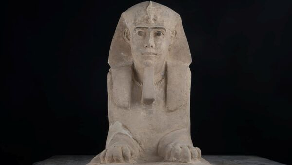 Статуя Сфинкса из песчаника, которая была обнаружена в храме в городе Ком-Омбо, мухафаза Асуан, Верхний Египет