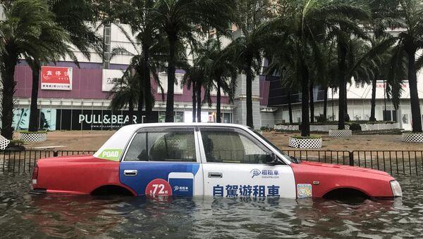 Автомобиль на улице во время супертайфуна Мангхут в Гонконге. 16 сентября 2018 года