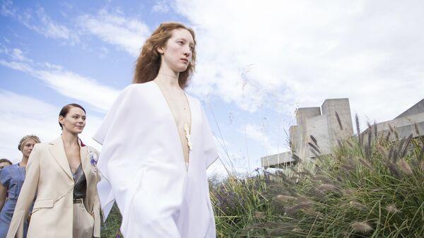 Модели во время показа дизайнера Ролана Муре на Неделе моды в Лондоне