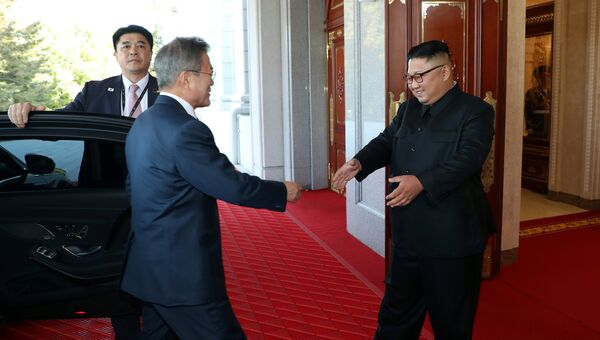 Президент Южной Кореи Мун Чжэ Ин и лидер Северной Кореи Ким Чен Ын во время встречи в Пхеньяне