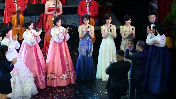 Лидер Северной Кореи Ким Чен Ын и президент Южной Кореи Мун Чжэ Ин во время концерта в Большом театре в Пхеньяне. 18 сентября 2018