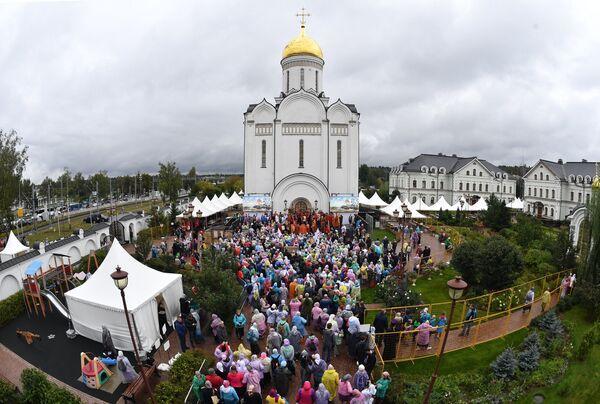 Верующие во время молебна у храма Спаса Нерукотворного Образа в селе Усово в Московской области