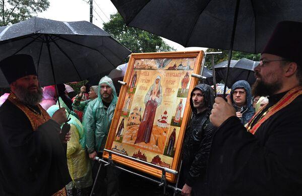 Верующие с иконой святой великой княгини Елизаветы Федоровны у храма Ильи Пророка в селе Ильинское в Московской области