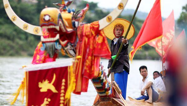 Представитель народности Мяо на фестивале лодок-драконов