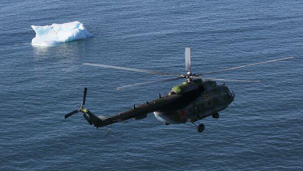 Экспедиционный вертолет над Северным Ледовитым океаном. Архивное фото