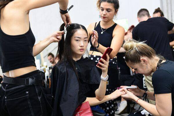 Модель перед показом Byblos в рамках Недели моды в Милане