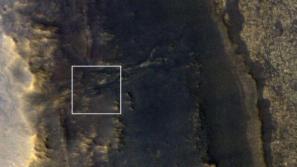 Снимок камеры HiRISE с борта зонда MRO с изображением марсохода Opportunity на склонах Долины устойчивости на Марсе
