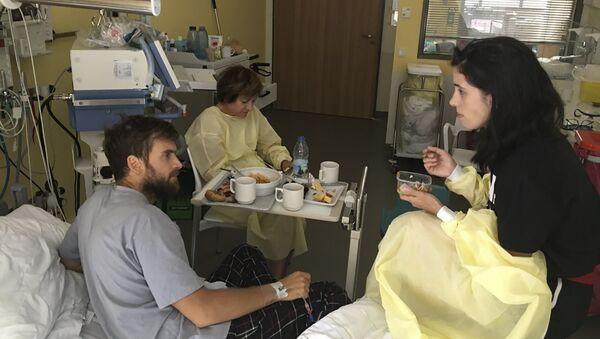 Активист и издатель онлайн-портала Медиазона Петр Верзилов и Надежда Толоконниковой в больнице в Берлине, Германия